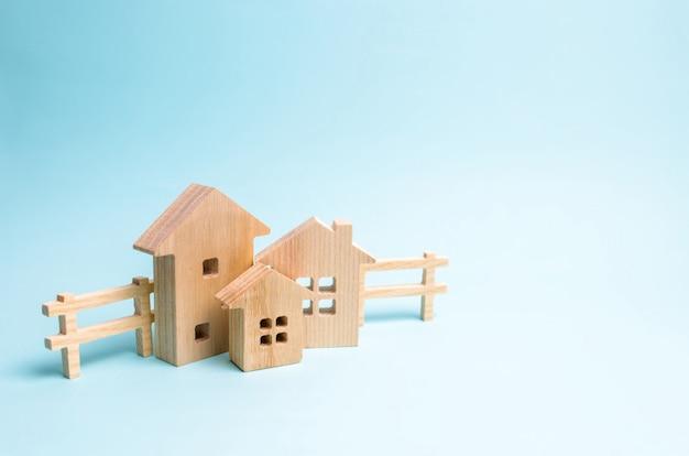Blokhuizen op een blauwe achtergrond. houten speelgoed.