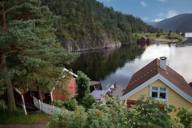 Blokhuizen op een kust van het bergmeer