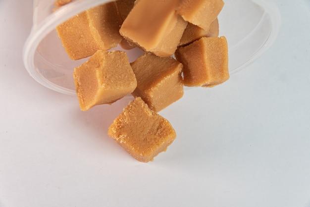 Blokjes dulce de leche op de witte achtergrond
