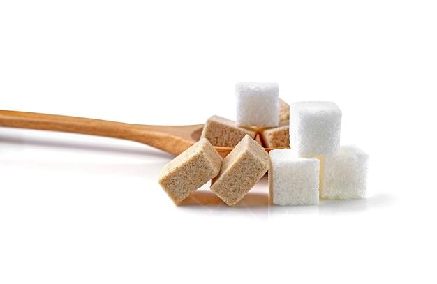 Blokjes suikerriet bruin en wit geïsoleerd op een witte achtergrond