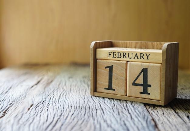 Blokkeer datum 14 februari op houten tafel, valentijnsdag liefde concept