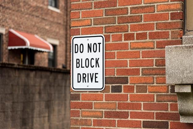 Blokkeer geen teken op bakstenen muur
