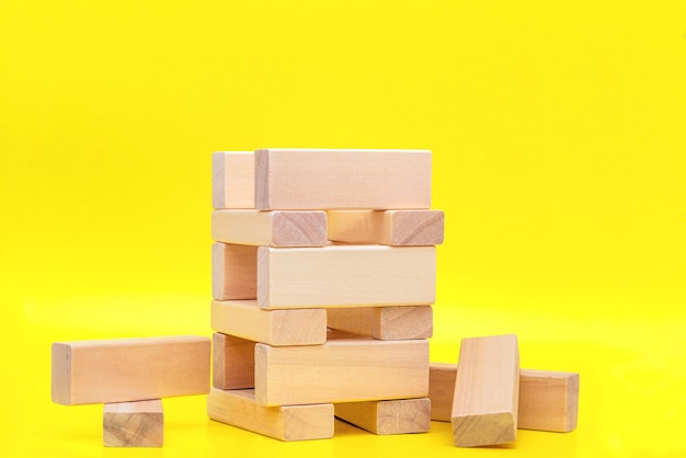 Blokken hout op geel