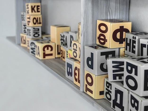 Blokken met letters om te leren lezen.