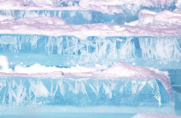 Blokken van gebroken blauw ijs op hemelachtergrond. winter baikal meer