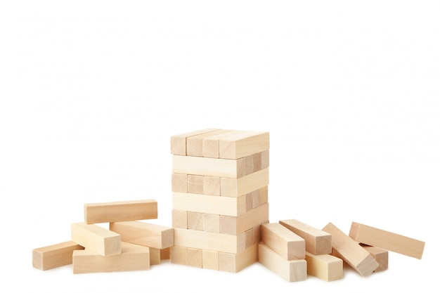 Blokken van hout dat op witte achtergrond worden geïsoleerd. toren