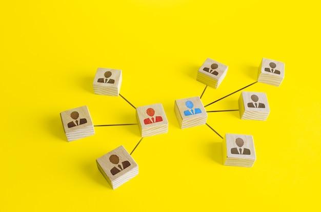Blokken van twee teamleiders strijden met elkaar. concurrentie, conflictoplossing