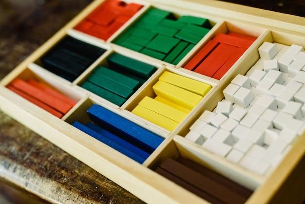 Blokken van verschillende grootten en kleuren om vormen te bouwen en te tellen.