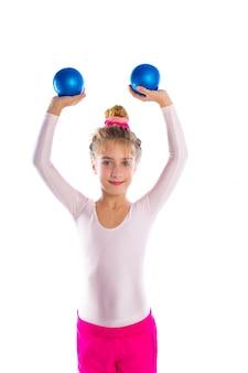 Blond fitness kind meisjes oefenen zand ballen training