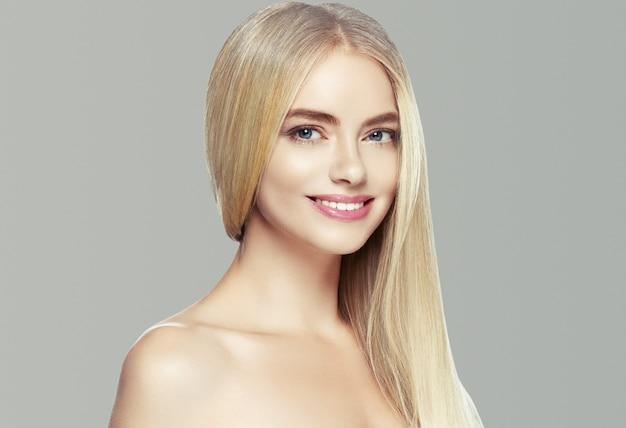 Blond haar vrouw natuurlijke huid vrouwelijke schoonheid gezonde tanden glimlach. studio opname.