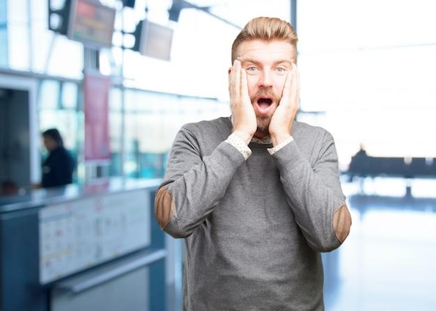 Blond man verrast