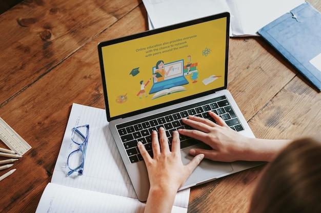 Blond meisje dat laptop gebruikt voor online les, het nieuwe normaal