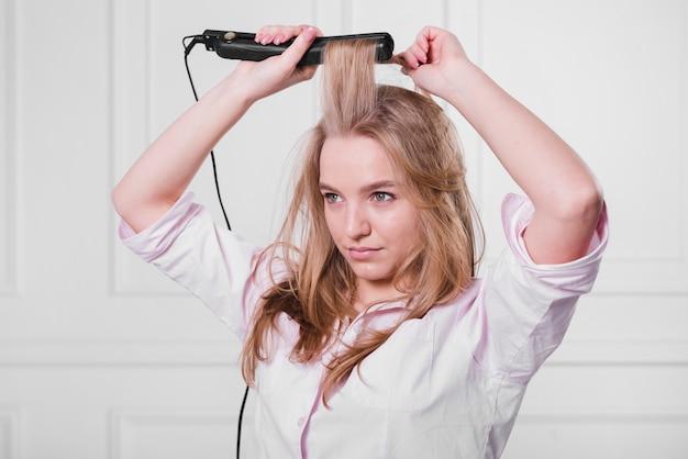 Blond meisje doet haar haar