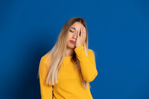 Blond meisje draagt een gele t-shirt