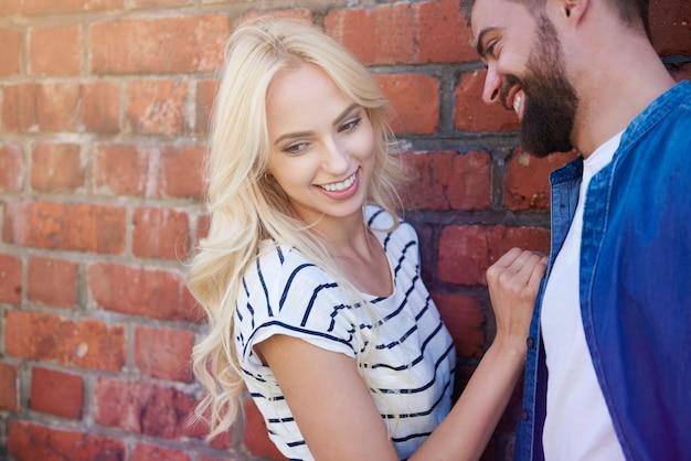 Blond meisje heeft plezier met vriendje