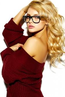 Blond meisje in casual rode warme trui
