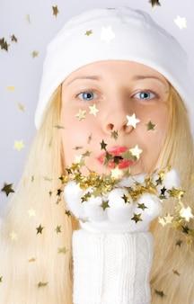 Blond meisje in de kersttijd