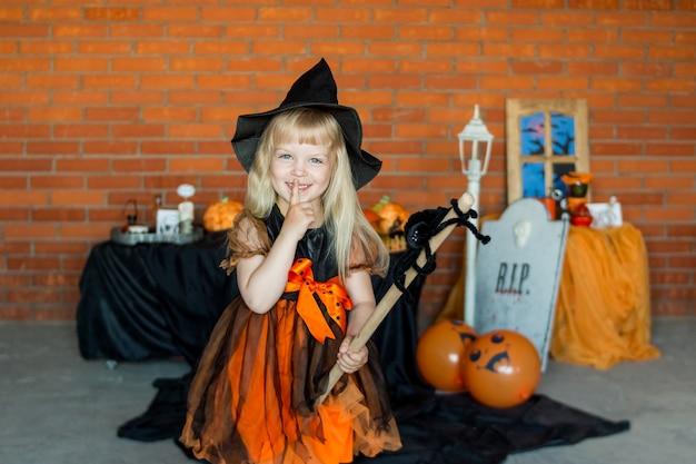 Blond meisje in kostuum in de stijl van halloween