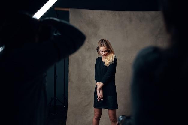 Blond meisje in studio poseren voor fotograaf fashion lifestyle