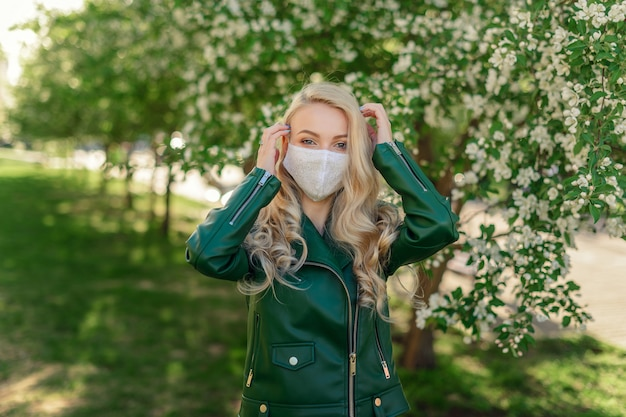 Blond meisje in wit medisch masker