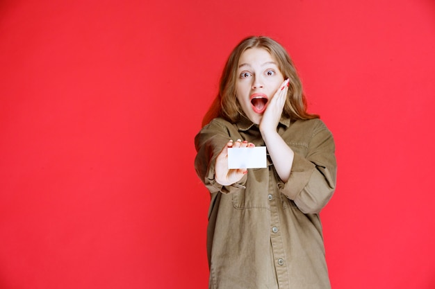 Blond meisje kreeg een visitekaartje en was verrast.