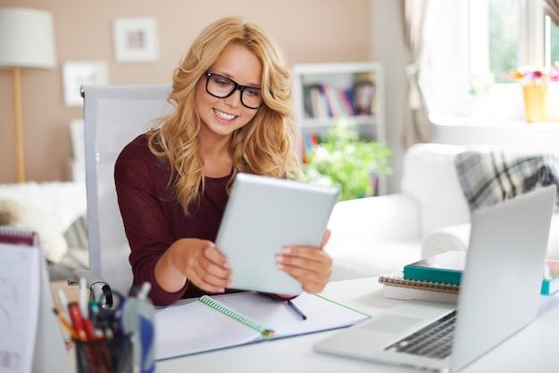 Blond meisje leren door nieuwe technologie thuis