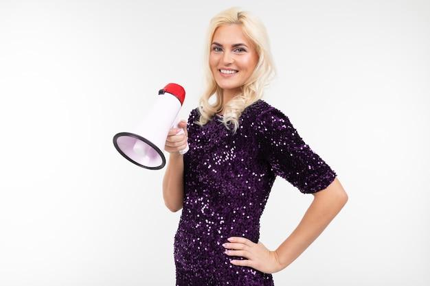Blond meisje met een megafoon presenteert nieuws op een witte achtergrond met kopie ruimte