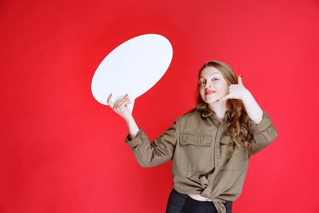 Blond meisje met een ovale denkbord die om een contact vraagt.