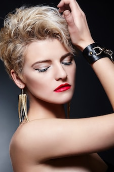 Blond meisje met kort haar en rode lippenstift
