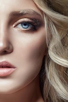 Blond meisje met lange wimpers en heldere huid. huidverzorging en wimpers. mooie lippen. prinses koningin fee