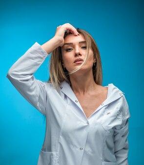 Blond model in wit overhemd ziet er verleidelijk uit.