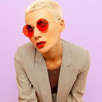 Blond model met kort haar in een modebril. vintage-stijl
