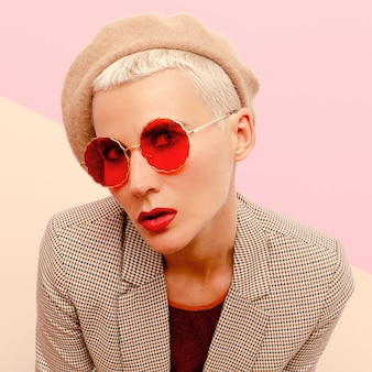 Blond model met kort haar in modebril en baret. vintage-stijl