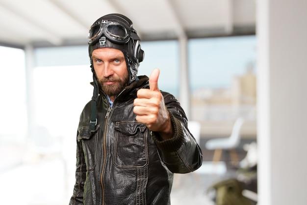 Blond piloot gelukkige uitdrukking