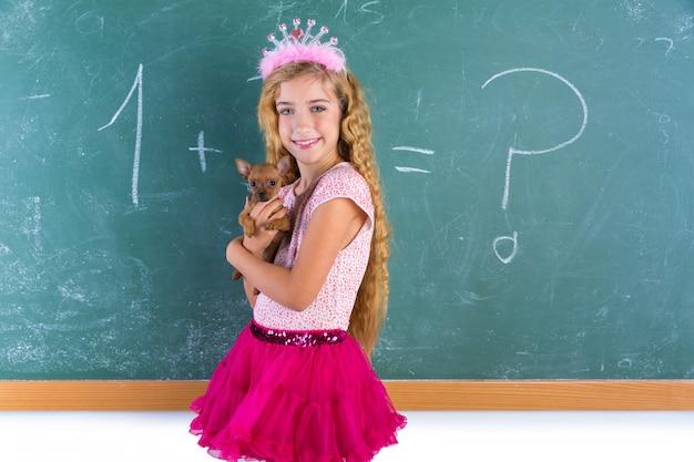 Blond prinses schoolmeisje huisdier chihuahua puppy