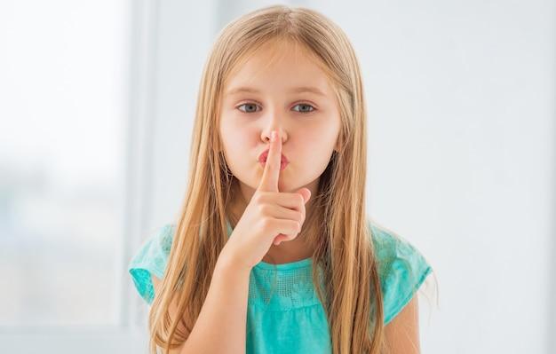 Blond schoolmeisje dat geheim deelt