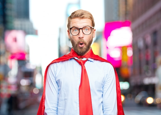 Blond zakenman verrast meningsuiting
