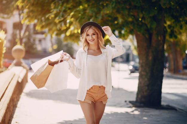 Blonde bij het winkelen