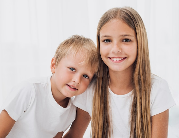 Blonde broers en zussen kijken naar de camera close-up
