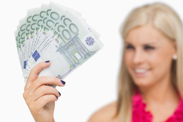 Blonde die 100 euro bankbiljetten toont