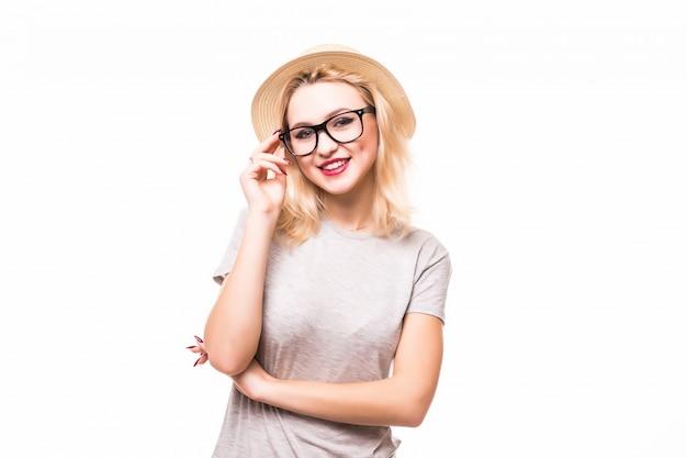 Blonde die jonge vrouw in transperendglazen glimlachen die op witte muur worden geïsoleerd,