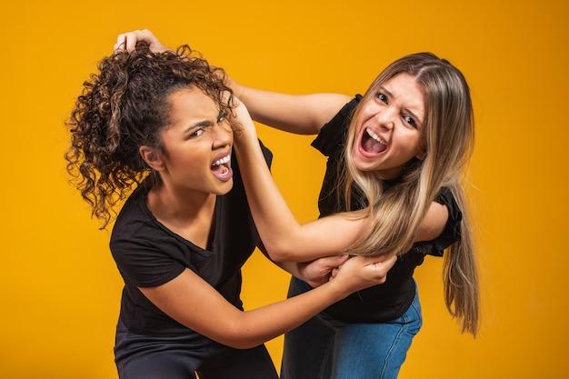 Blonde en afro vechten ongelukkig terwijl ze elkaars haren trekken