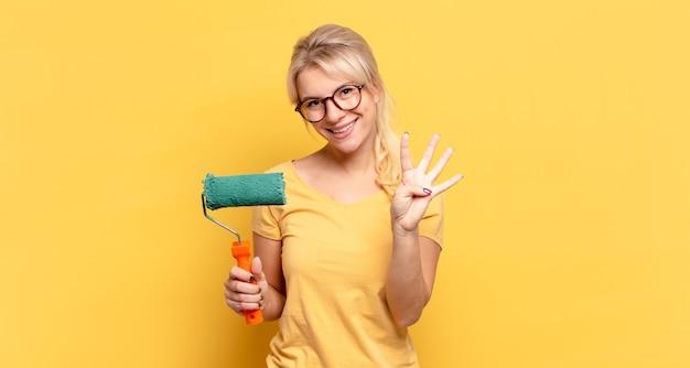 Blonde en vrouw die vriendelijk glimlacht kijkt, nummer vier of vierde met vooruit hand toont, aftellend