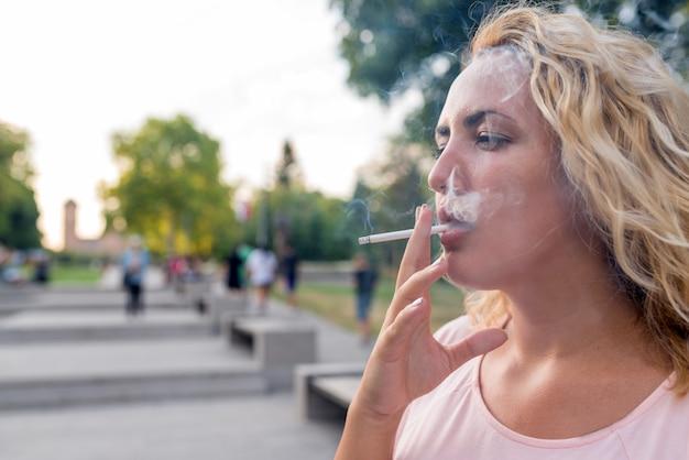 Blonde genietend van een sigaret