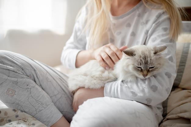 Blonde giirl knuffel en lagom conceptcomfort en eenvoudig leven