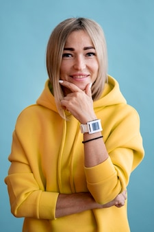 Blonde het aziatische vrouw glimlachen