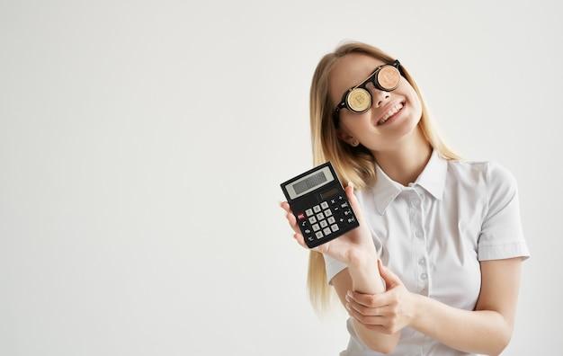 Blonde in glazen met een rekenmachine in de handen van cryptocurrency bitcoin finance.