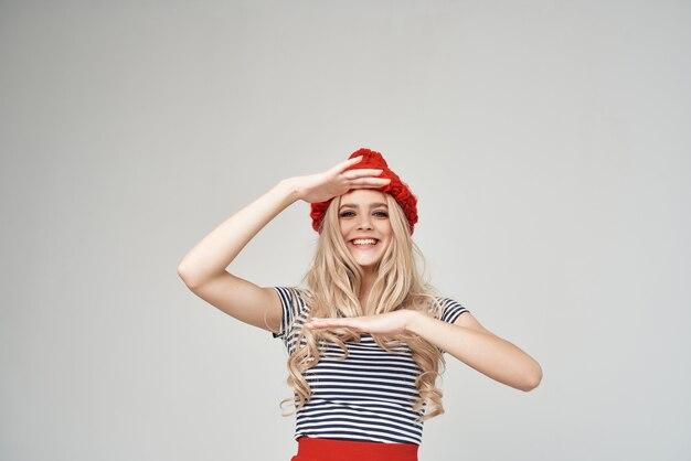 Blonde in modieuze kleding rode hoed bijgesneden weergave glamour
