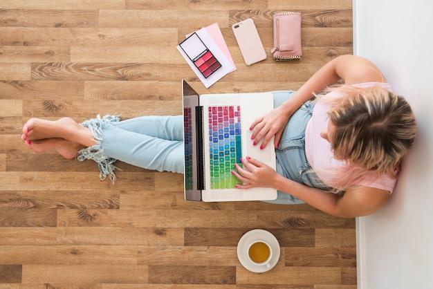 Blonde influencer met behulp van laptop