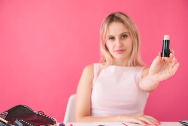 Blonde influencer opname make-up video